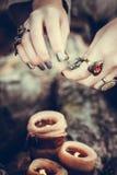 Dekorująca Halloween scena z świeczkami i dziewczyn rękami Obraz Stock