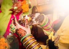 Dekorująca Indiańska panna młoda trzyma świeczkę w jej ręce Ostrość na ręce Obrazy Stock