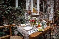 Dekorujący śniadaniowy stół z kawą, gotowanym jajkiem, sokiem pomarańczowym i strudlem przy plenerowym tarasem podczas jesieni, Zdjęcie Royalty Free