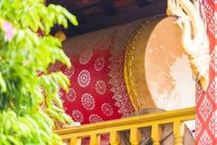 Dekorujący bęben w świątynnym Wacie Sensoukaram w Louangphabang, Laos Zakończenie pionowo zdjęcia royalty free