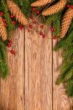 Dekorujący Bożenarodzeniowy jedlinowy drzewo na drewniane deski Zdjęcia Royalty Free