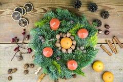 Dekorujący Bożenarodzeniowy wianek z świeczkami i pikantność Zdjęcie Stock