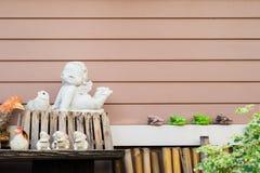 Dekorujący ceramics z horyzontalnym drewnianym deski tłem Obrazy Royalty Free