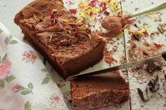 Dekorujący domowej roboty Czekoladowy tort z kraciastą czekoladą Obraz Royalty Free