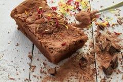 Dekorujący domowej roboty Czekoladowy tort z kraciastą czekoladą Fotografia Royalty Free