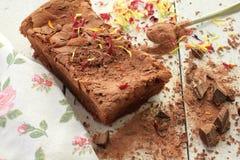 Dekorujący domowej roboty Czekoladowy tort z kraciastą czekoladą Obraz Stock