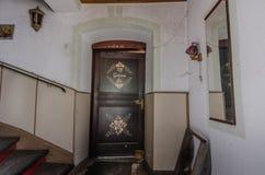 dekorujący drewniany drzwi od austerii fotografia stock