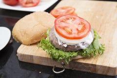 Dekorujący hamburger zdjęcia royalty free