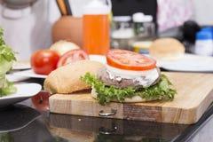 Dekorujący hamburger obraz stock