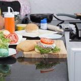 Dekorujący hamburger fotografia stock