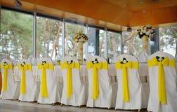 Dekorujący krzesła na uroczystym bankiecie w kolorze żółtym Obraz Royalty Free
