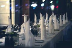 Dekorujący obiadowy stół - nastrojowy restauracyjny pojęcie obraz royalty free