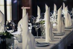 Dekorujący obiadowy stół - nastrojowy restauracyjny pojęcie fotografia stock