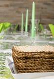 Dekorujący Passover Seder stół w Tel Aviv, Izrael zdjęcie royalty free