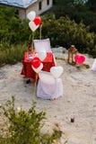 Dekorujący plenerowy miejsce dla romantycznego gościa restauracji z kwiatami i ballons zdjęcie royalty free