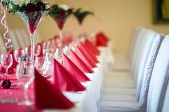 Dekorujący restauracja stół dla świętowania zdjęcia stock