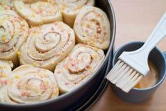 Dekorujący słodkiej rolki tort Zdjęcia Royalty Free