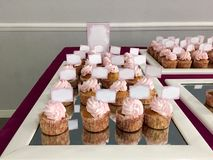 Dekorujący stół w różowy pełnym cukierki, dziewczyny świętowanie obrazy stock