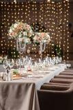 Dekorujący stół w restauraci przygotowanie przed bankietem praca fachowe kwiaciarnie Zdjęcia Stock