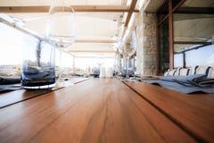 Dekorujący stół z talerzami i serviettes Zdjęcie Stock