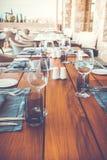 Dekorujący stół z talerzami i serviettes Zdjęcie Royalty Free