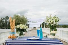 Dekorujący stołowy przyjęcie przy miejscowością nadmorską Obraz Royalty Free