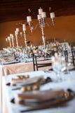 Dekorujący stoły przy weselem indoors. Selekcyjna ostrość Zdjęcia Stock