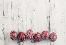 Dekorujący Wielkanocni jajka Pysanka na białkującym drewnianym tle Obraz Royalty Free