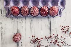Dekorujący Wielkanocni jajka Pysanka na białkującym drewnianym tle Obrazy Stock