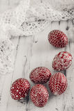 Dekorujący Wielkanocni jajka Pysanka na białkującym drewnianym tle Zdjęcia Royalty Free