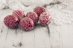 Dekorujący Wielkanocni jajka Pysanka na białkującym drewnianym tle Zdjęcie Stock