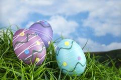 Dekorujący Wielkanocni jajka w trawie zdjęcie royalty free