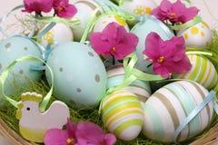 Dekorujący Wielkanocni jajka z różowymi kwiatami Zdjęcia Stock