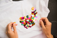 Dekorujący z cekinu tshirt dla prezenta obraz stock