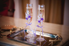 Dekorujący z purpurowym kwiatu szampana szkłem Zdjęcia Stock