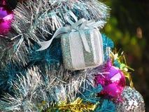 Dekorująca choinka z kolorowymi ornamentami Fotografia Royalty Free