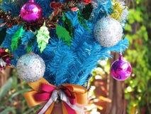 Dekorująca choinka z kolorowymi ornamentami Zdjęcie Royalty Free