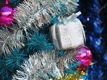 Dekorująca choinka z kolorowymi ornamentami Obraz Stock