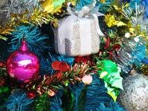 Dekorująca choinka z kolorowymi ornamentami Fotografia Stock