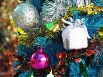 Dekorująca choinka z kolorowymi ornamentami Zdjęcia Stock