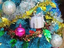 Dekorująca choinka z kolorowymi ornamentami Obrazy Stock
