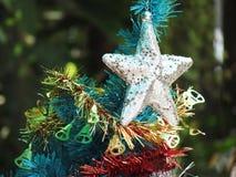 Dekorująca choinka z kolorowymi ornamentami Obraz Royalty Free