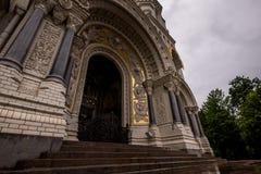 Dekorujący archway z schodkami katedra Zdjęcie Stock