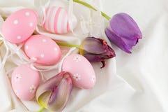 Dekorujący Easter jajka i purpurowi tulipany Zdjęcia Royalty Free