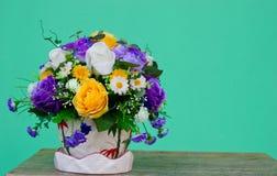 Dekorujący kwiat na zielonym tle Obrazy Stock