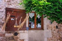 Dekorujący okno w wioski modzie n Ardeche region Fr Zdjęcie Royalty Free