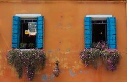 Dekorujący okno z kwiatami w centrum Burano wyspa Obraz Stock