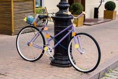 Dekorujący purpurowy bicykl Zdjęcia Stock