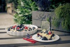 Dekorujący tort z owoc Zdjęcia Stock