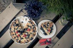 Dekorujący tort z owoc Fotografia Stock